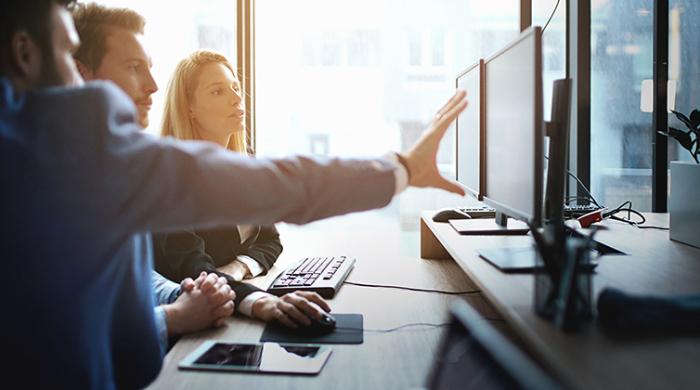 Tre colleghi che usano strumenti per office automation