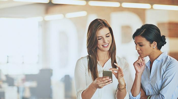 ragazze utilizzando social media dallo smartphone