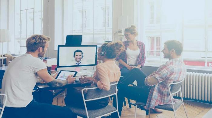 team di lavoro utilizzando servizio di video per parlare con altre persone