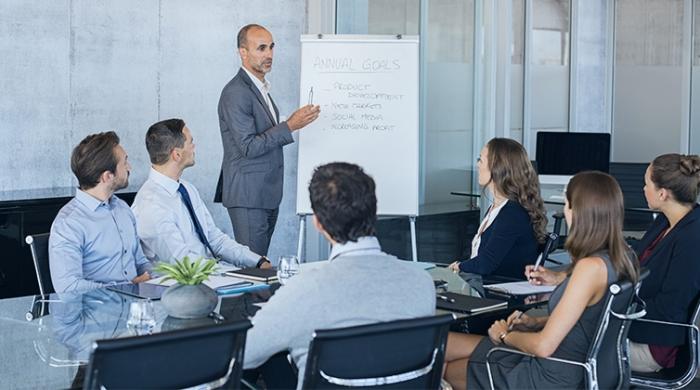 riunione per gestione aziendale con risultati estratti da software gestionale