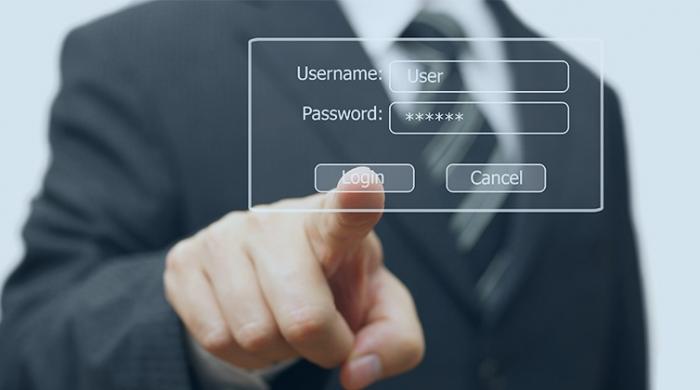 mano uomo effettuando login nella sua attività d'accordo con le norme del Garante Privacy