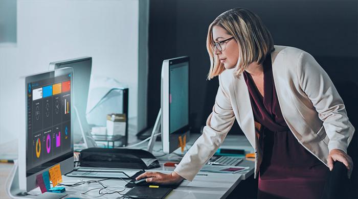 Imprenditrice che controlla sul proprio PC il monitoring di Swascan sul suo sito web