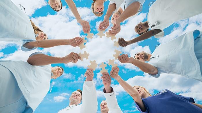squadra di medici che uniscono le forze per il lavoro