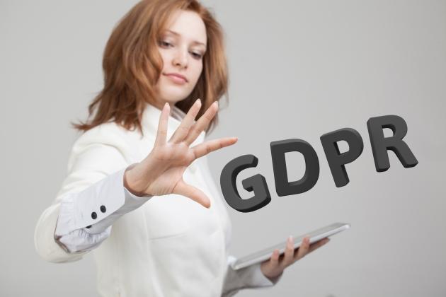 Donna con tablet nella mano sinistra e scritta GDPR