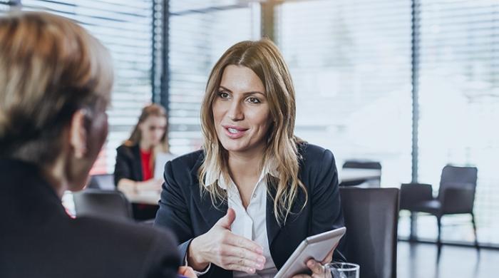 consulente mentre parla dei risultati con il cliente
