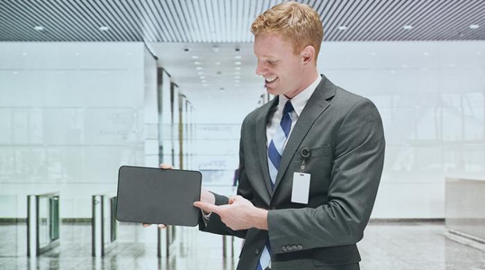 ragazzo timbrando in modo digitale in azienda