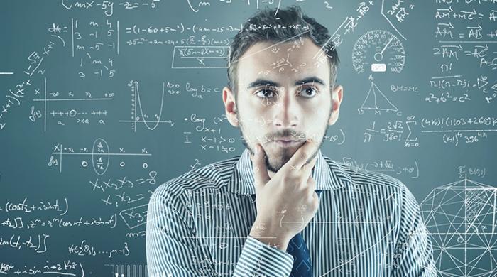 Ragazzo che ragionaa su formule e numeri di vendita