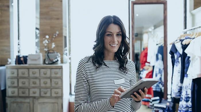 ragazza gestione retail con software online