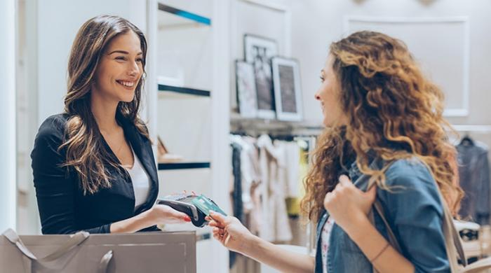 cliente e commessa scambiando parole durante acquisto in store