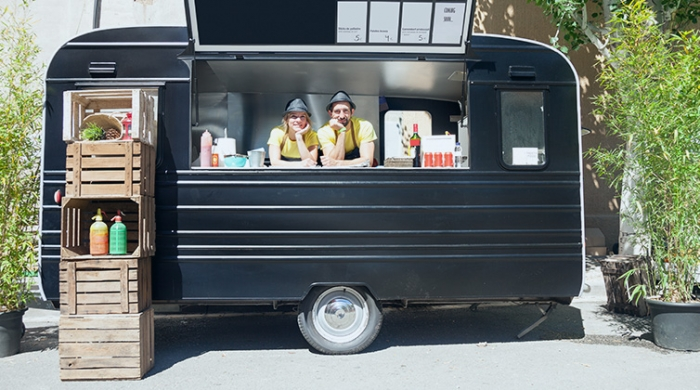 Coppia che vende prodotti alimentari in un food truck
