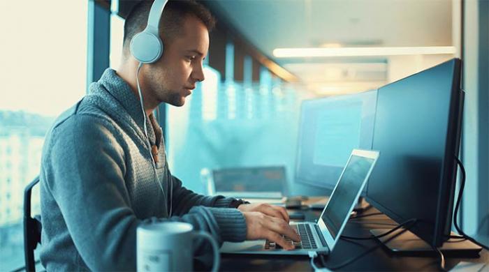 Professionista cyber che analizza l'infrastruttura informatica di un'azienda