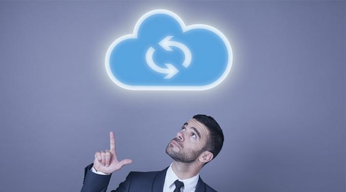 Ragazzo con nuvola cloud di backup e sincronizzazione sopra la testa