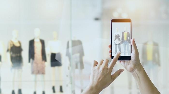 Donna guardando sito di abbigliamento online come vetrina