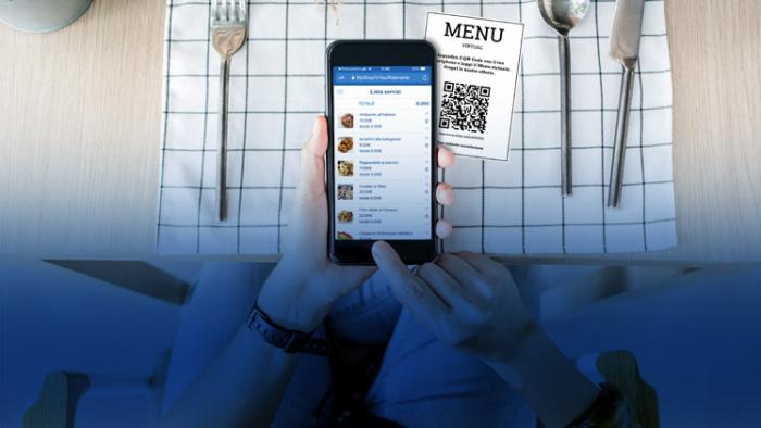 Cliente che fotografa il QR code per visualizzare il menu di un ristorante