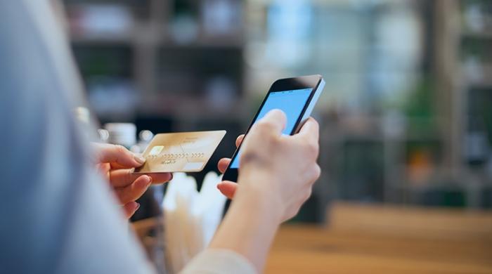 persona aggiungendo carta per pagare tramite virtual pos