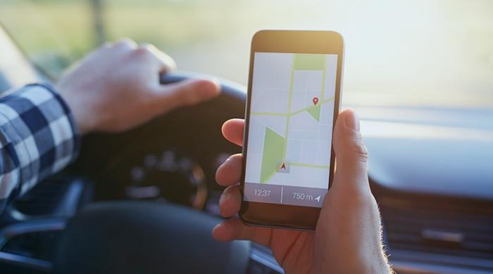 Persona utilizzando su cellulare il servizio di localizzazione flotte