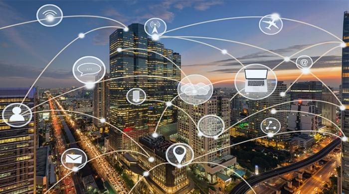 canali online interconnessi con sfondo di una grande città