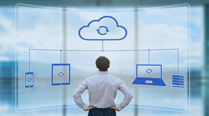 uomo guardando il backup in cloud aziendale