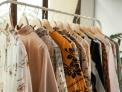 fila di camicie colorate appese