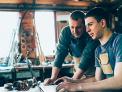 Padre e figlio che lavorano al loro sito di e-commerce