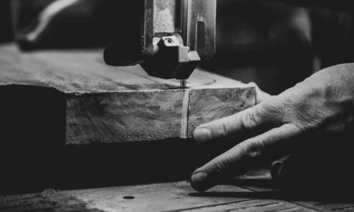 Operaio in un industria di mobili